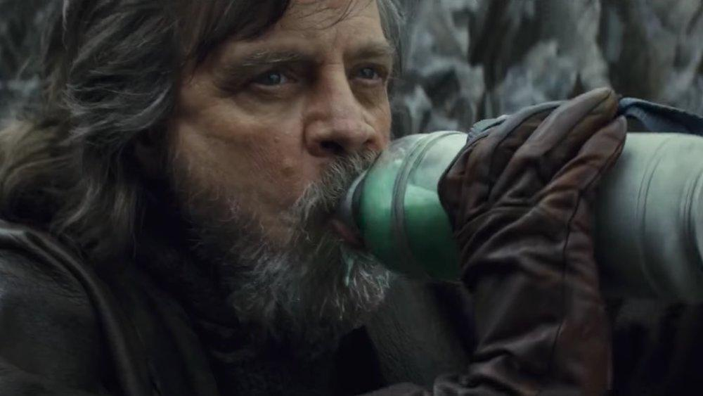 mark-hamill-complains-about-the-last-jedi-again-this-time-its-about-milking-the-alien-creature-social